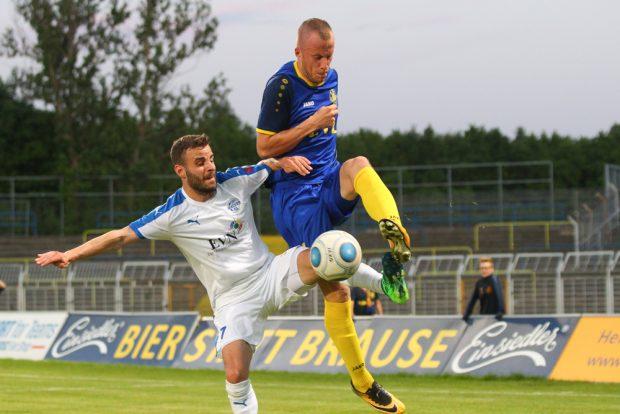 Matus Lorincak (re.) wird Lok verlassen, doch machte nach seiner Einwechslung den Treffer zum 2:0. Foto: Jan Kaefer