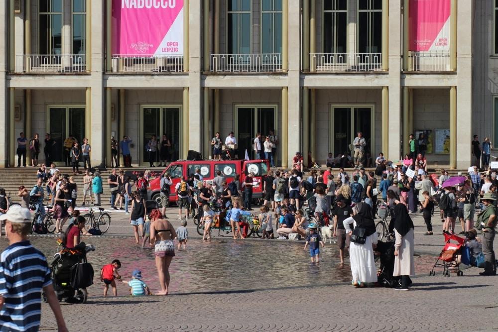 Badetag im April 2018 vor der Oper Leipzig. Foto: L-IZ.de