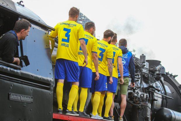 """Rückansicht des neuen Trikots mit großem """"Lokomotive""""-Schriftzug. Foto: Jan Kaefer"""