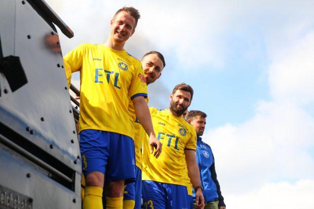 Auch Markus Krug (li.) kommt in den Genuss des neuen Trikots, denn er wird dem 1. FC Lok noch eine Saison lang erhalten bleiben. Foto: Jan Kaefer