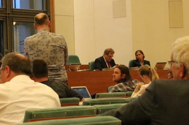 Debatte zwischen Heiko Bär (SPD, stehend) und Michael Schmidt von den Grünen (Mitte, sitzend). Foto: L-IZ.de