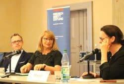 Die Debatte zwischen Dr. Marcus Böick (TU Bochum), Staatsministerin Petra Köpping (SPD), Eileen Mägel (Moderation) und dem Publikum über die Treuhand. Foto: L-IZ.de