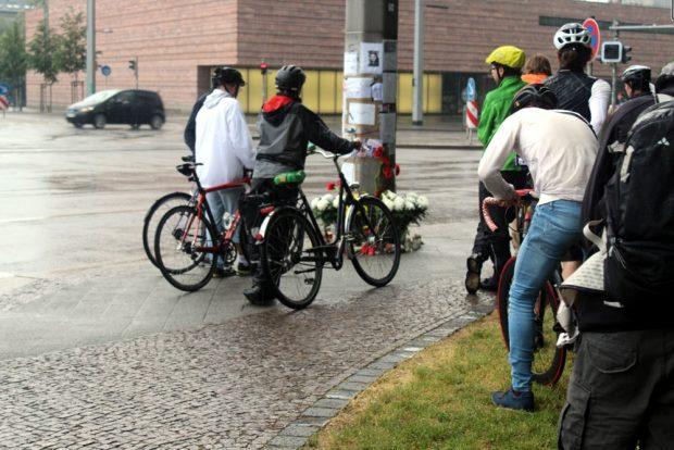 Gedenken im Regen gegenüber der Propsteikirche. Foto: Franz Böhme