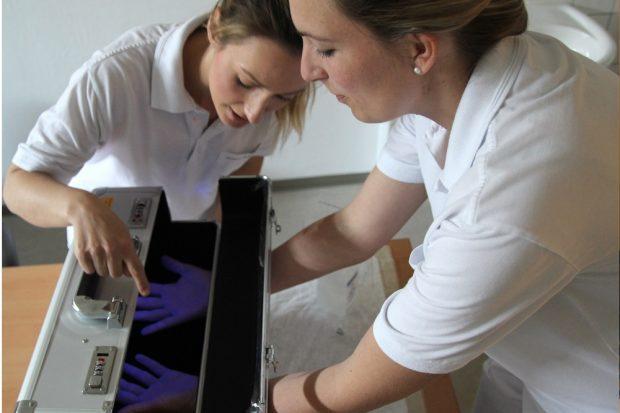 Nicole Blank, Hygienefachkraft i.A. (links) und Franziska Smok, Hygienefachkraft, testen den UV-Koffer, Foto: Klinikum St. Georg