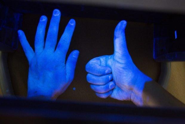 UV-Licht macht deutlich, wie gründlich die Händedesinfektion erfolgte. Foto: Stefan Straube/UKL