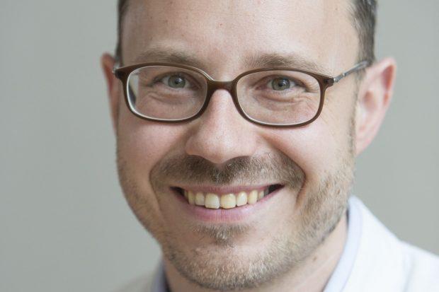 Prof. Dr. med. dent. Sebastian Hahnel leitet die Poliklinik für Zahnärztliche Prothetik und Werkstoffkunde am Universitätsklinikum Leipzig. Foto. UKL