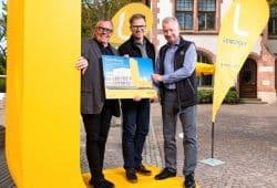 """Übergabe des """"L"""" für Travnik (von links): Michel Weichert, Peter Krutsch und Micheal Kressner (Schatzmeister des Vereins). Foto: Leipziger Gruppe"""