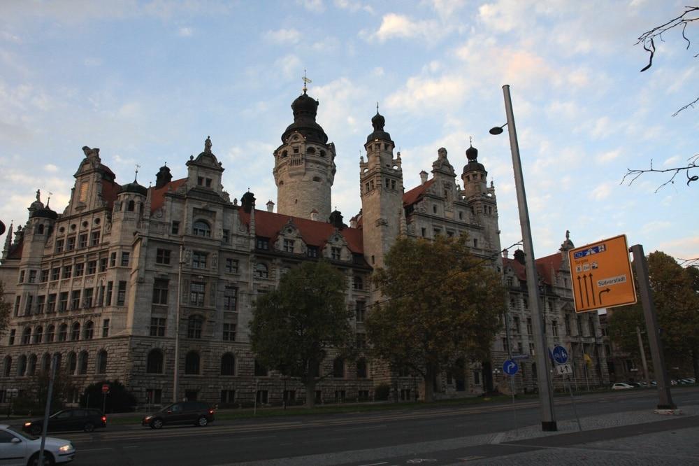 Morgendämmerung oder Abendlicht? Das Rathaus Leipzig. Foto: L-IZ.de