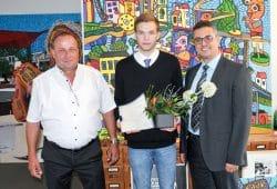 Der Preisträger Christoph Schwager (Mitte) mit Prof. Faouzi Derbel (Betreuer der Bachelorarbeit, rechts) und Dietmar Müller (Leiter Engineering Elektrotechnik bei der MIBRAG). Foto: Maik Simon/MIBRAG