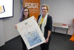 Siegerin Josefine Bail mit der Staatsministerin Barbara Klepsch. Foto: DAK