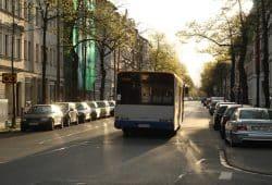 Bus und abgestellte Autos in der Coppistraße. Foto: Ralf Julke