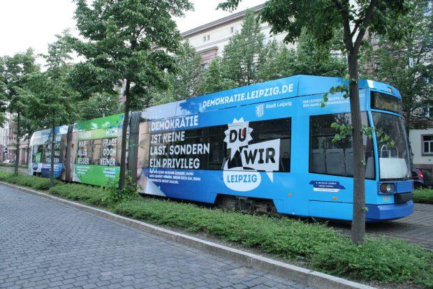 Die frisch beklebte Demokratie-Straßenbahn. Foto: Ralf Julke