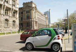 Elektroauto vorm Alten Rathaus. Archifoto: Ralf Julke