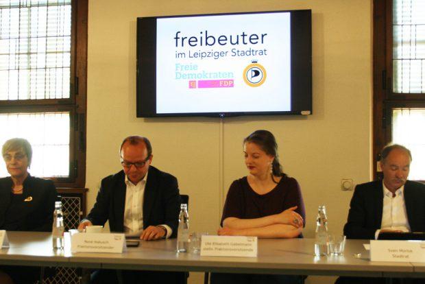 Freibeuter-Fraktion mit neuem Fraktionslogo auf dem Bildschirm. Foto: Ralf Julke