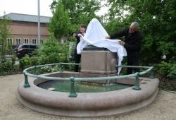 Rüdiger Dittmar und Markus Gläser enthüllen die neue Plastik für den Froschbrunnen. Foto: Ralf Julke