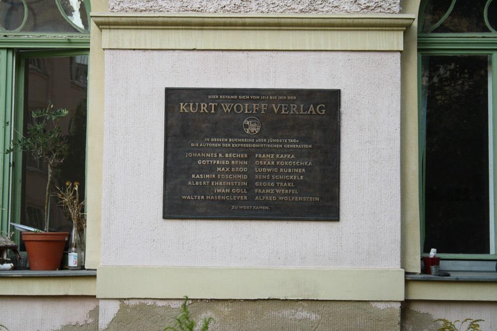 Erinnerungstafel an den Kurt Wolff Verlag am Haus Kreuzstraße 3b. Foto: Ralf Julke