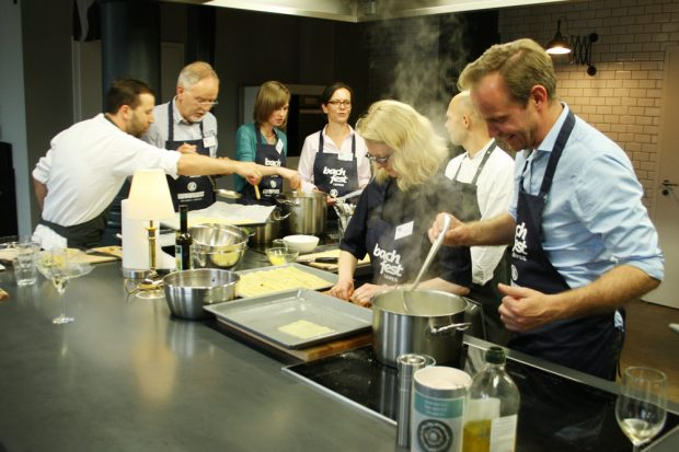 Michael Maul (rechts) beim Koch-Training mit den Canneloni. Foto: Ralf Julke