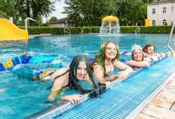 Ein Höhepunkt der diesjährigen Freibadsaison: Kurse im Meerjungfrauenschwimmen. Auf dem Foto: Teilnehmerinnen der Schwimmschule Swimolino aus Leipzig. Foto: Leipziger Gruppe