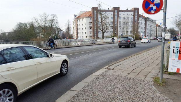 Die Plagwitzer Brücke im Verlauf der Karl-Heine-Straße. Foto: Marko Hofmann