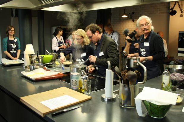 Stephan König (rechts) und Tobias Niederschlag (Mitte) in Kochaktion. Foto: Ralf Julke