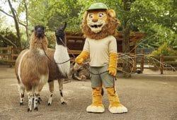 Die Lamas und Zoo-Maskottchen Tammi sind beim Kindertag dabei. Foto: Zoo Leipzig
