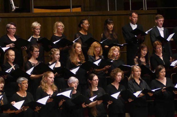Der GewandhausChor interpretierte Strawinskys Psalmensinfonie. Foto: Luca Kunze