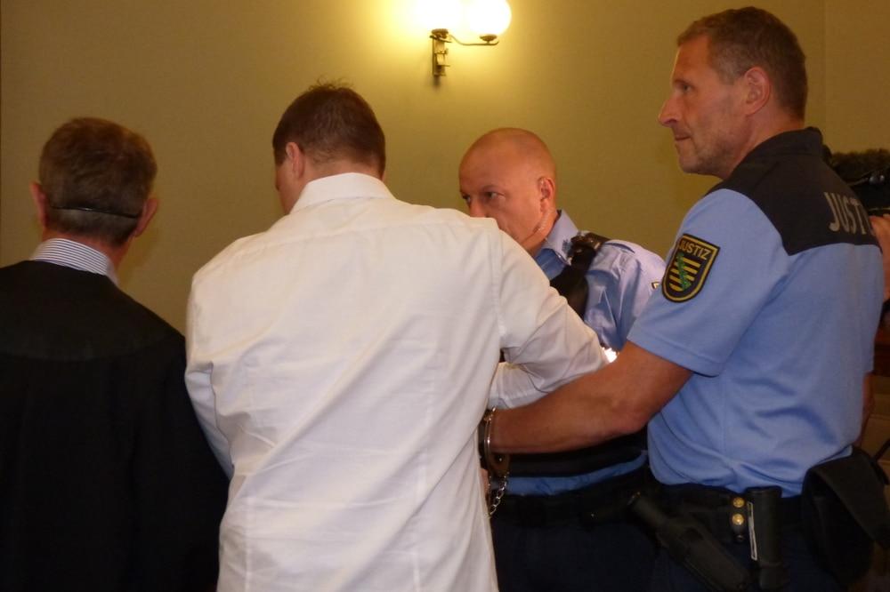 Denis S. (29, im weißen Hemd) schirmte sich neben seinem Verteidiger Stephan Bonell vor den Kameras ab. Foto: Lucas Böhme