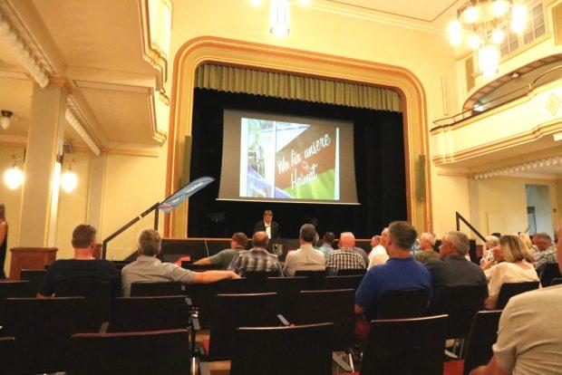 Halbleer oder halbvoll - eher nur zu einem Drittel gefüllt, der Saal im Markkleeberger Lindenhof. Foto: L-IZ.de