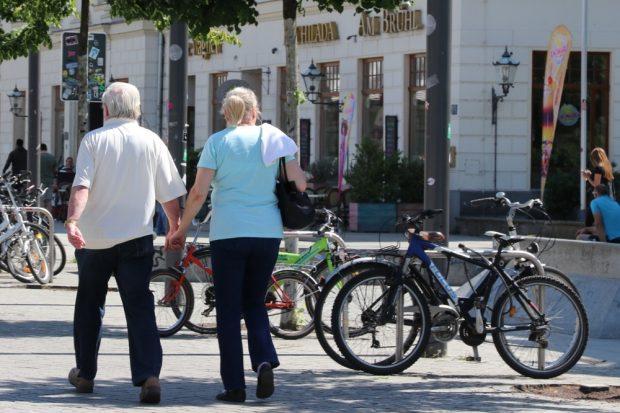 Hand in Hand eine Runde um den Block gehen, atmen und Nachdenken. Foto: L-IZ.de