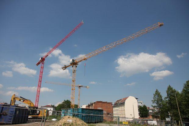 Die Bautätigkeit bleibt rege in Leipzig - doch andere fehlende Regularien lassen die Preise steigen. Foto: Michael Freitag