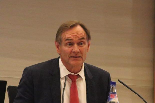 OB Burkhard Jung wurde mehrfach von Stadträten auf seine Verantwortung hingewiesen, musste sich beim Thema Schulbau in Leipzig auch eine Menge Kritik anhören. Foto: Michael Freitag