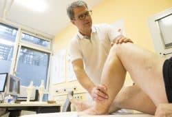 Prof. Andreas Roth, hier bei einer Untersuchung, rät auch nach Hüft- oder Knieprothesen zu einem aktiven Urlaub. Foto: Stefan Straube/UKL