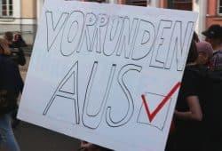 Gute Laune auf der Demonstration gegen Party-Patriotismus, Nationalismus und Homophobie im Fußball. Foto: L-IZ.de