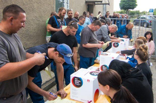 Zu Beginn der Urabstimmung am 13. Juni bildete sich eine lange Schlange vor den Wahlurnen. Foto: IG Metall Leipzig