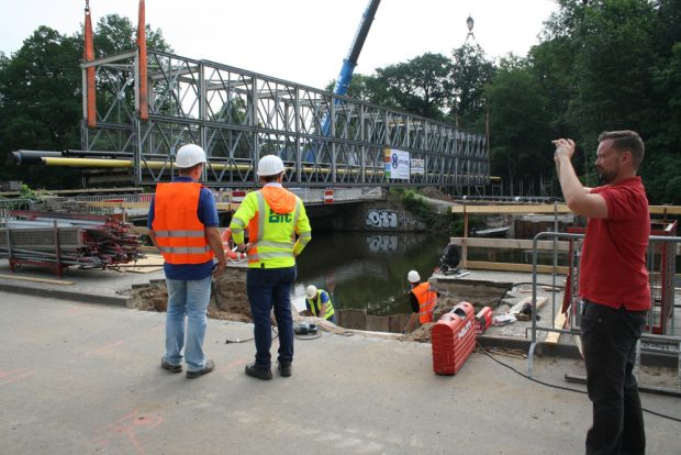 Die Behelfsbrücke wird von den beiden Schwerlastkränen von der Plagwitzer Brücke gehoben. Foto: Ralf Julke