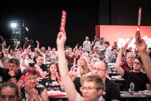 Abstimmung zum Leitantrag. Foto: Tim Wagner