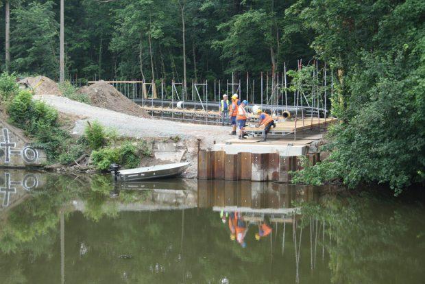 Das Widerlager für die Behelfsbrücke am Ostufer der Weißen Elster. Foto: Ralf Julke