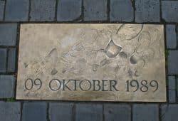 Bronzeplatte auf dem Nikolaikirchhof. Foto: Ralf Julke