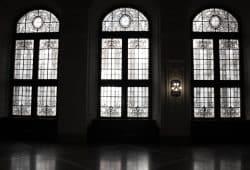 Wuchtige Fenster aus wuchtiger Zeit. Foto: Ralf Julke
