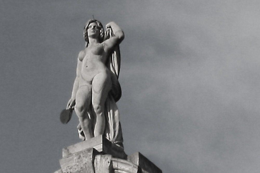 Ein Bild von Frau auf dem Neuen Rathaus. Foto: Ralf Julke