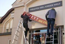 Das LOFFT-Schild am Theaterhaus wird abgenommen. Foto: LOFFT