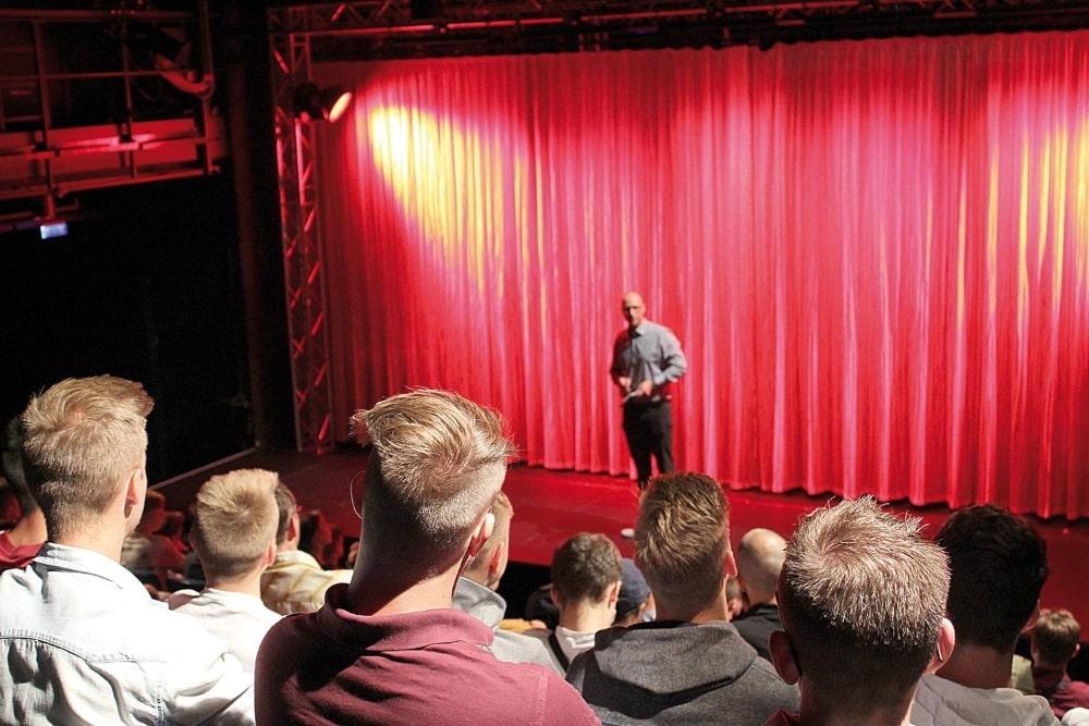 Vorwort: Lok-Vizepräsident Stephan Guth im Leipziger Theater der Jungen Welt vor der Abschlussveranstaltung des