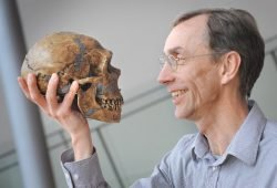 Svante Pääbo mit dem Schädel eines Neandertalers. Foto: MPI für evolutionäre Anthropologie