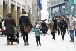 Mit den Kleinen unterwegs in der Petersstraße. Foto: Ralf Julke