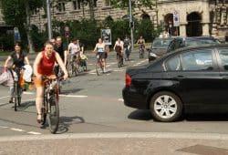 Radfahrer aus der Lotterstraße überqueren den Martin-Luther-Ring. Foto: Ralf Julke