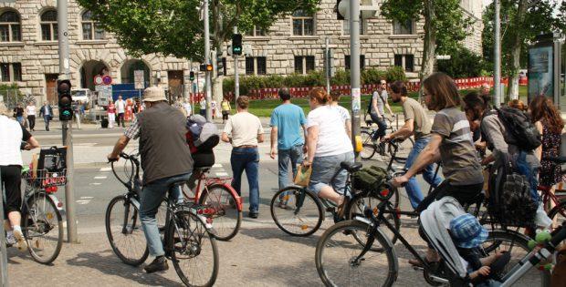 Radfahrer Richtung Innenstadt treffen sich mit Fußgängern an der Ampel auf engstem Raum. Foto: Ralf Julke