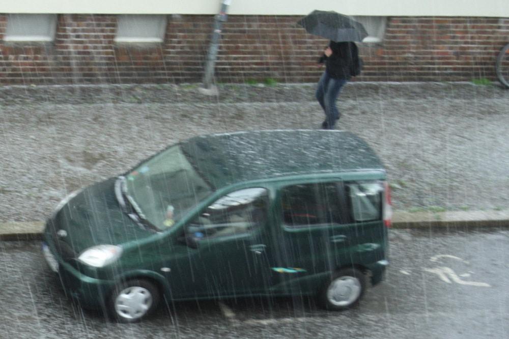 Nur ein heftiger Regen, noch kein starker ... Foto: Ralf Julke