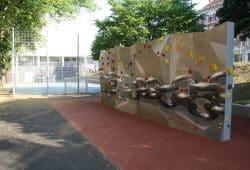 Kletterfelsen und Fußballfeld auf dem Renftplatz. Foto: Ralf Julke