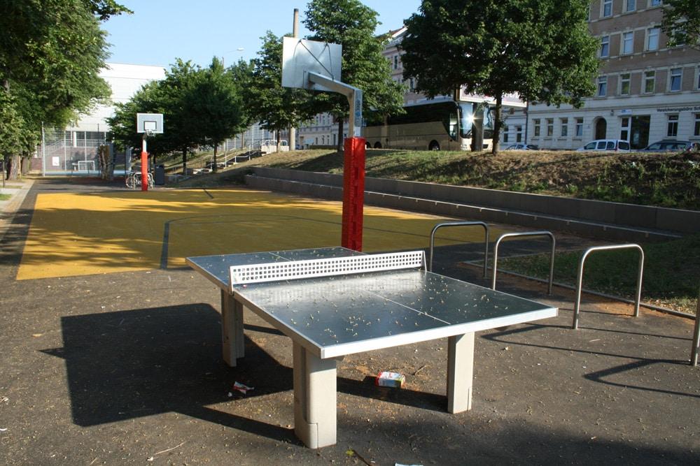 Tischtennisplatte und Streetball-Anlage auf dem Renftplatz. Foto: Ralf Julke