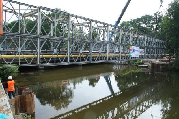 Die Behelfsbrücke schwebt über der Weißen Elster. Foto: Ralf Julke